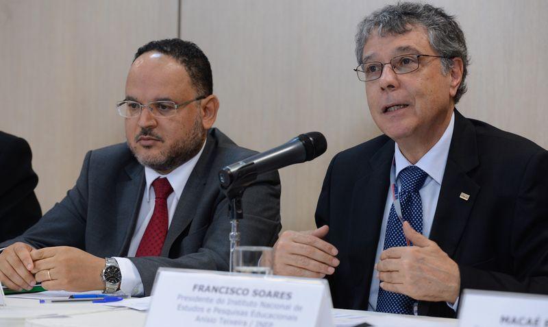 O ministro Henrique Paim (esq.) e Francisco Soares, presidente do Inep, em entrevista coletiva de divulgação do Ideb 2013